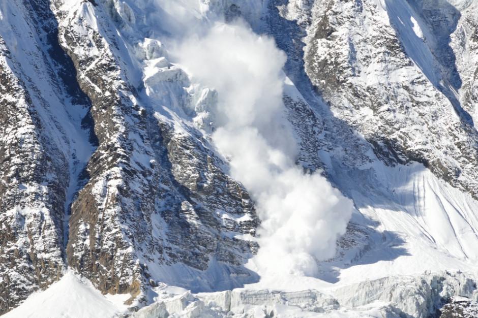 Śnieżna lawina zeszła ze zboczy Rysów; pod śniegiem mogą być trzy osoby