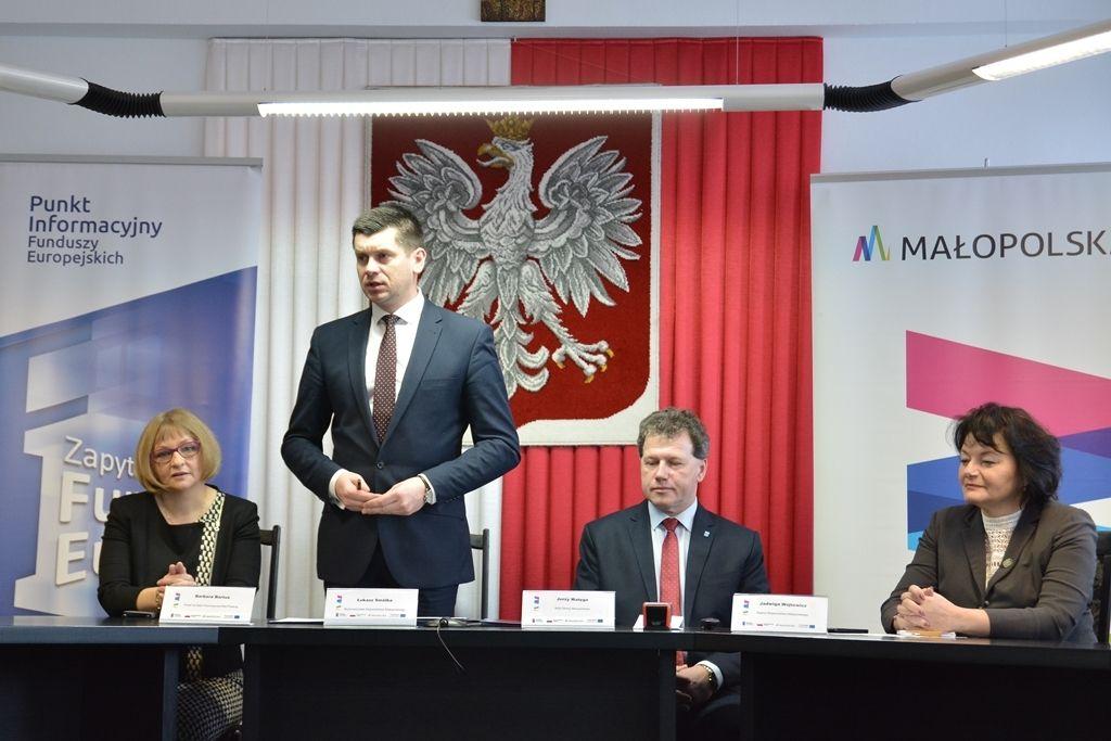 W podpisaniu umowy uczestniczył Łukasz Smółka, wicemarszałek województwa małopolskiego (fot. UMWM)