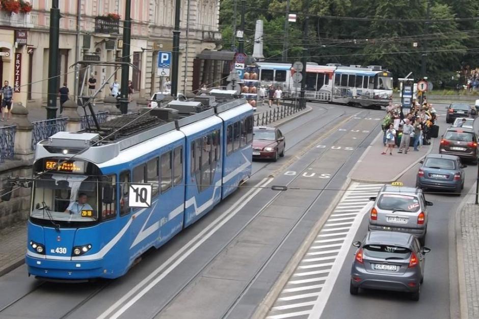 """Źle zaparkowane auta utrudniają jazdę tramwajom. Radny chce zatrudnić """"kontrolera"""""""