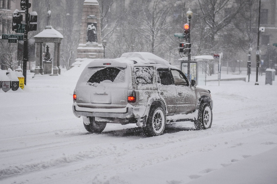 GDDKiA: Śnieg i mgły mogą powodować utrudnienia na drogach
