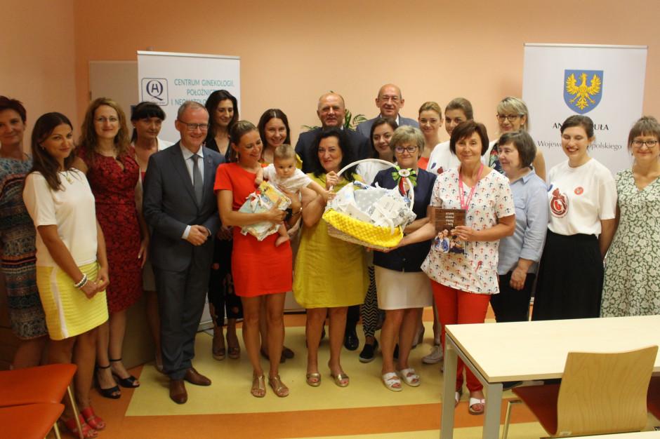 Każdy noworodek, który przychodzi na świat w województwie opolskim otrzymuje specjalny kocyk. Marszałek Buła w samym środku, w drugim rzędzie (fot. UMWO)