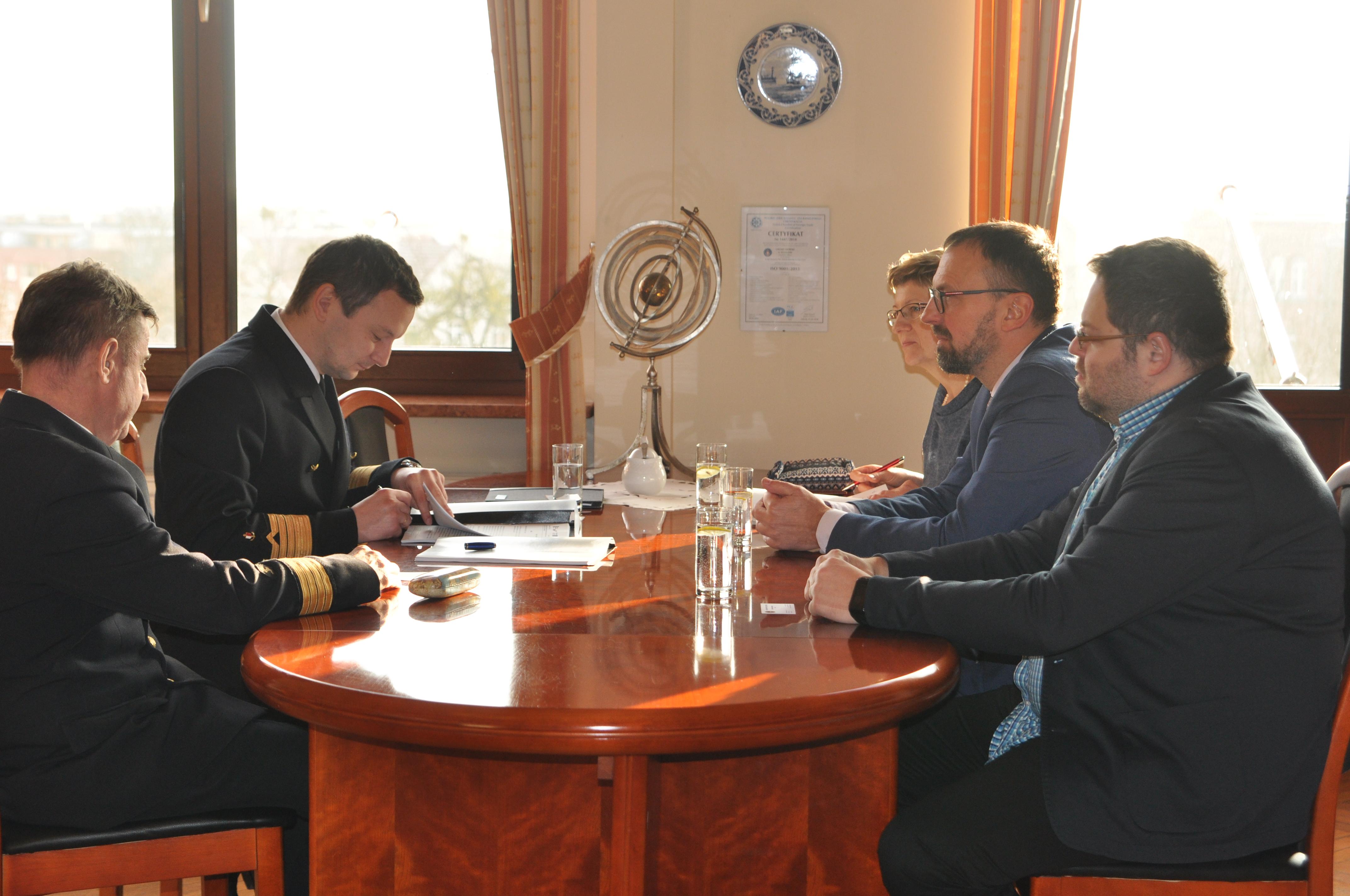 Obecnie rejestry jednostek są prowadzone przez kilka podmiotów, w tym Polski Związek Żeglarski, Polski Związek Motorowodny i Narciarstwa Wodnego, a także starostów, izby morskie i urzędy morskie (fot. ums.gov.pl)