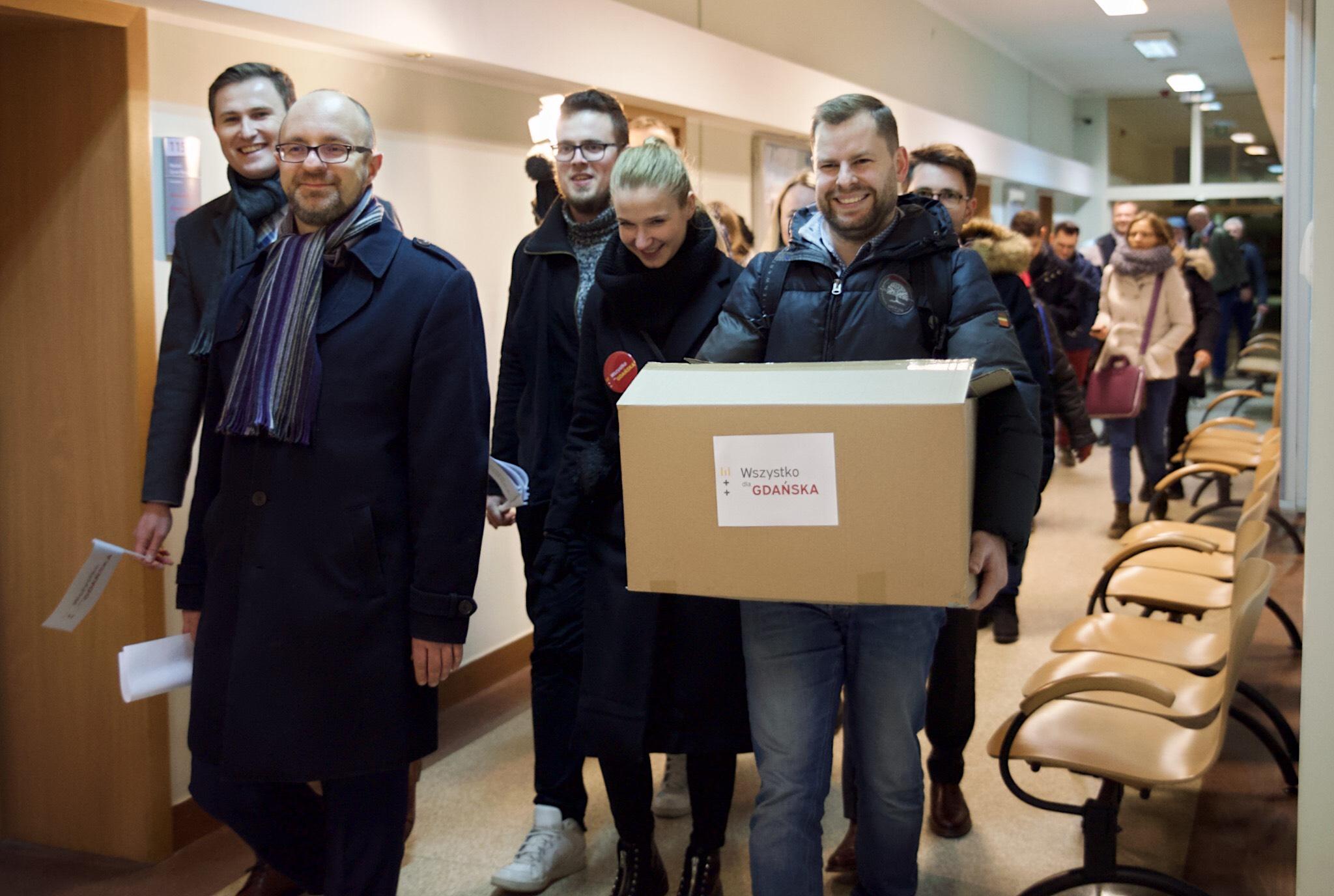 Podczas akcji zbierania podpisów poparcia dla kandydatury Aleksandry Dulkiewicz w ciągu 10 godzin zebrano 25 tysięcy podpisów (fot. Dominik Paszliński/www.gdansk.pl)