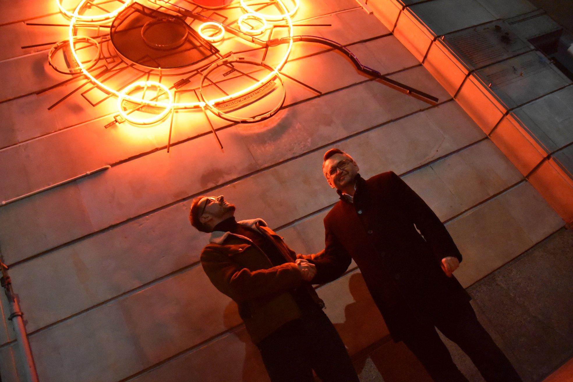 Neon ten stanowi pomost pomiędzy przeszłością naszego miasta oraz jego przyszłością - podkreślił burmistrz Warszawy Śródmieścia Krzysztof Czubaszek (fot.facebook.com/dz.srodmiescie)