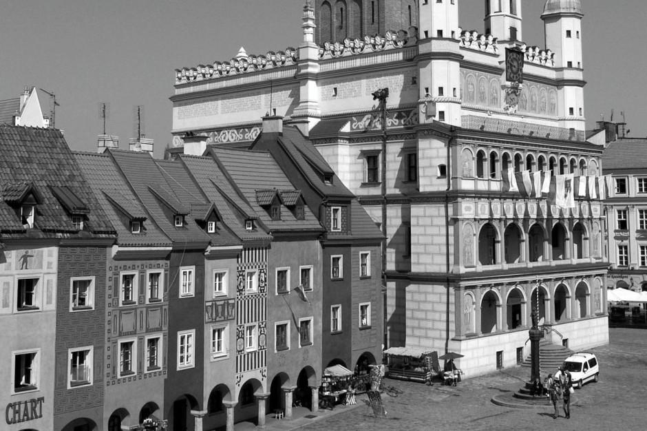 Poznań: Flagi na budynkach i autobusach przepasane kirem
