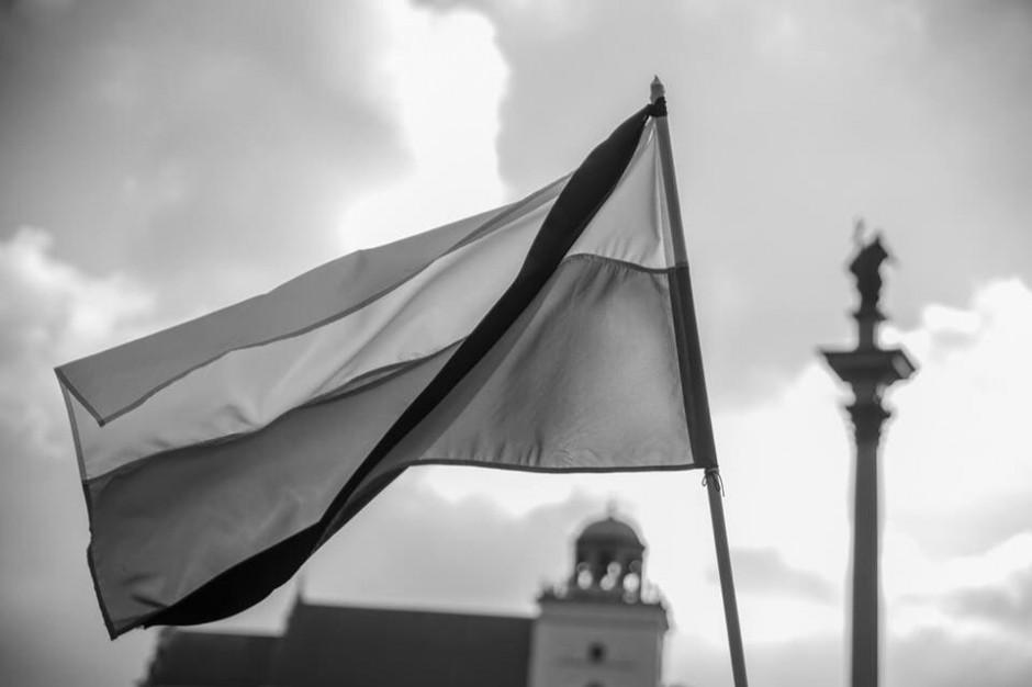 Warszawa: Flagi opuszczone do połowy w związku z żałobą