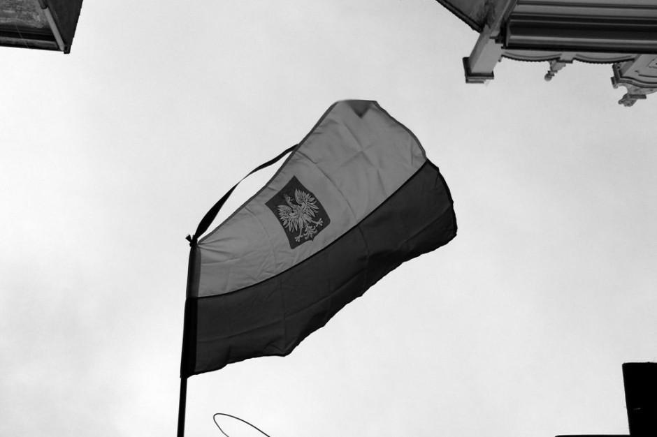 Wrocław: Flagi opuszczone na znak żałoby