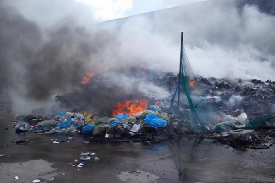 Świętokrzyskie. Trwa akcja gaszenia pożaru składowiska tzw. elektrośmieci