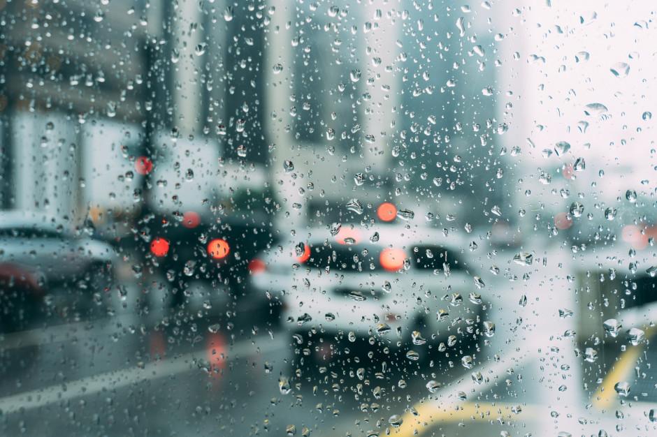 GDDKiA: Utrudnienia na drogach przez mżawkę i deszcz