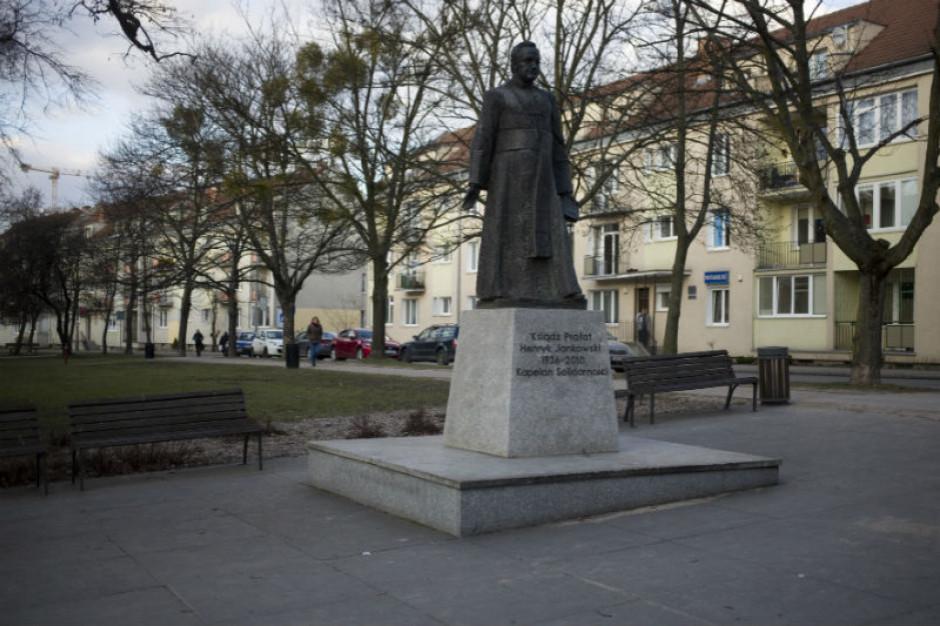 Gdańsk. Trzej mężczyźni przewrócili pomnik ks. Jankowskiego