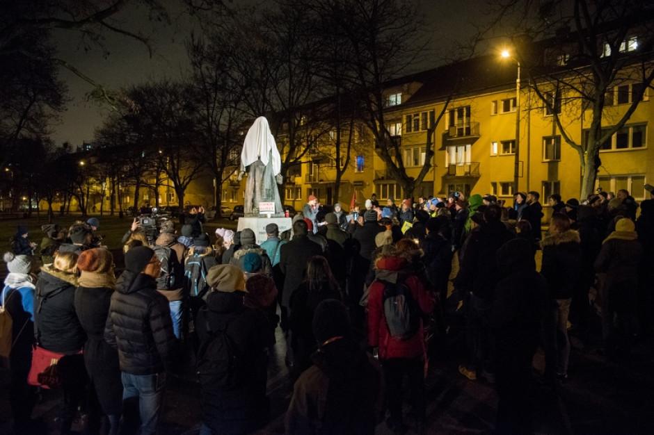 Aleksandra Dulkiewicz:  Przewrócenie pomnika ks. Jankowskiego jest aktem samosądu