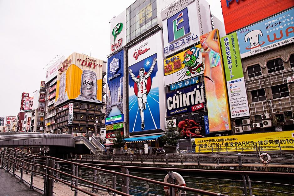 Reklamy często szpecą miasta, ale czasem potrafią być ich ozdobą. Co więcej, miasta mogą dzięki nim zarabiać pieniądze (Osaka, Japonia, fot. pixabay)