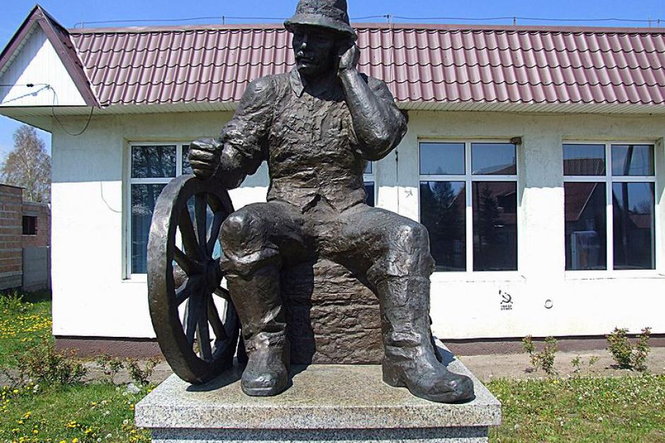W Polsce jest ponad 40 tys. sołtysów. 11 marca obchodzą oni swoje święto (Na zdjęciu pomnik sołtysa w Wąchocku/fot: wikipedia.org/Witkowski Marcin)