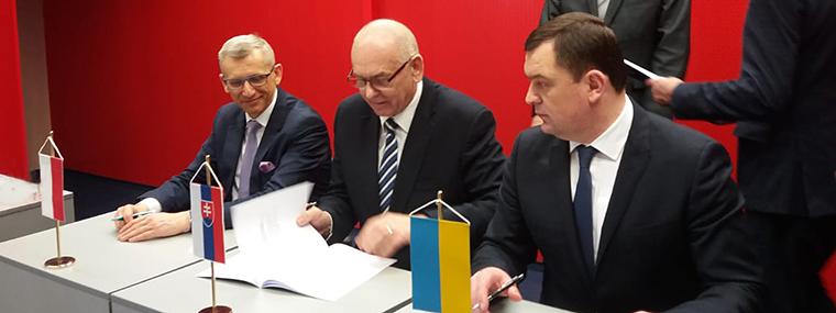 (od lewej) Prezes NIK Krzysztof Kwiatkowski, szef Najwyższego Urzędu Kontroli Republiki Słowackiej Karol Mitrík, Przewodniczący Izby Obrachunkowej Ukrainy Valerij Patskan (fot.nik.gov.pl)