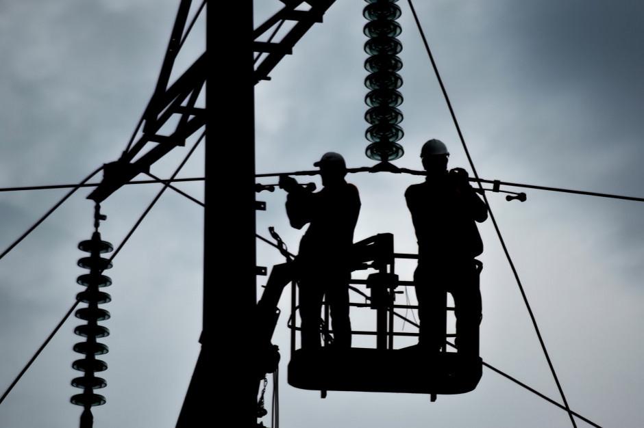 Łódzkie. Ponad 3,5 tys. odbiorców bez prądu z powodu silnego wiatru
