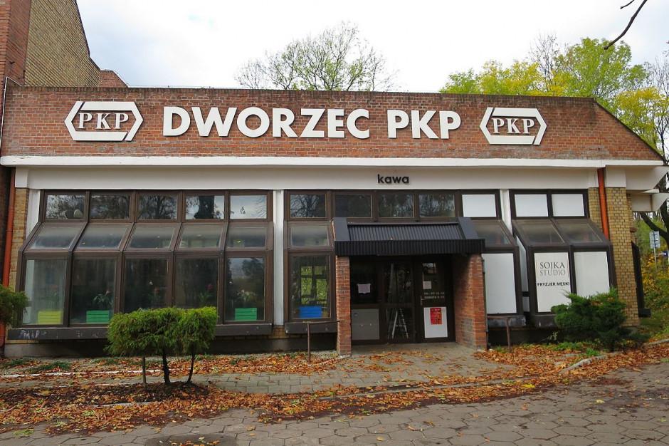 Pocisk przy dworcu kolejowym w Mikołowie. Pociągi omijają stację