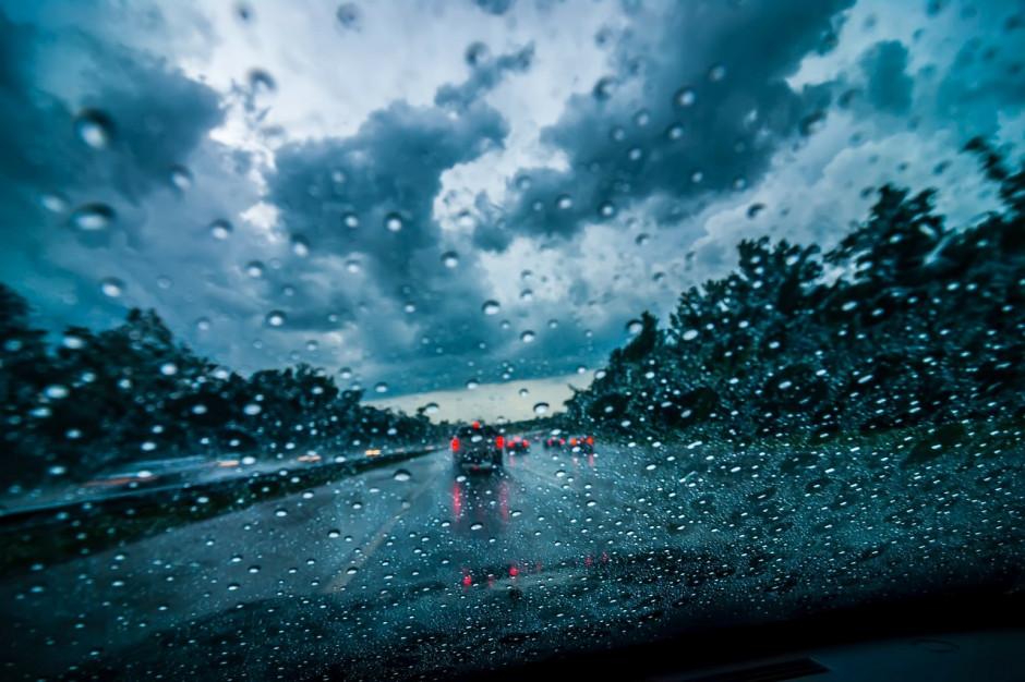 GDDKiA: Deszcz i mżawka mogą powodować utrudnienia na drogach