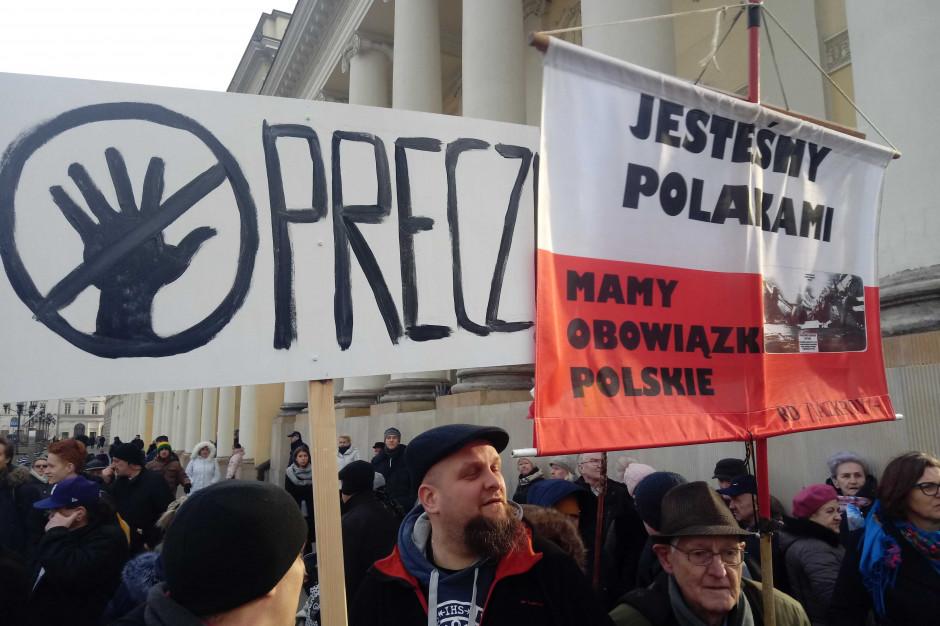 Zwolennicy i przeciwnicy Karty LGBT+ protestowali w Warszawie [zdjęcia]