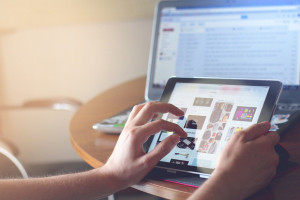 Odpis aktu urodzenia lub małżeństwa przez internet. Polacy chętnie korzystają z ułatwienia