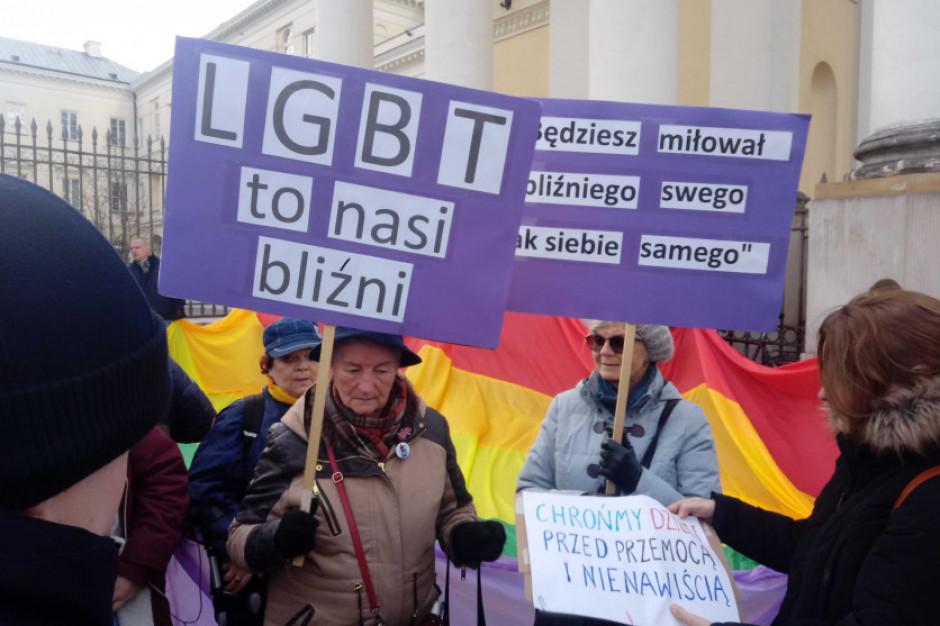 Prezydent Warszawy będzie się musiał tłumaczyć radnym z karty LGBT+