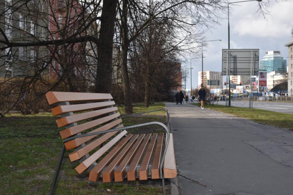 Warszawa zachęca: usiądź i odpocznij na jednej z kilkuset ławek. Wkrótce kolejne