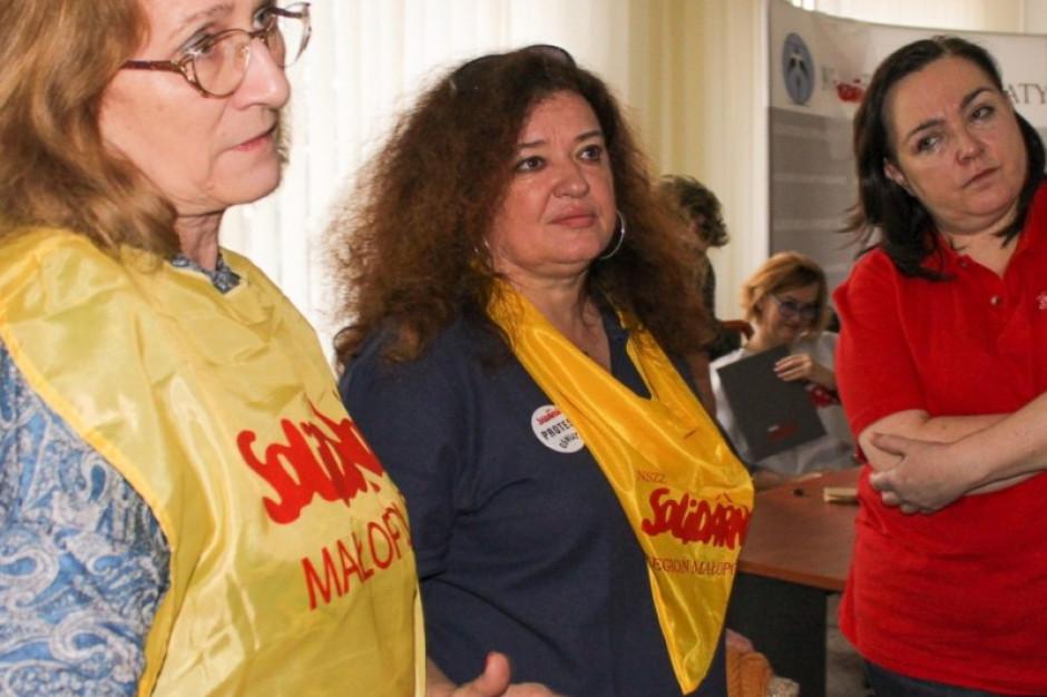 Nauczyciele w Krakowie kończą strajk głodowy, ale trwa protest okupacyjny