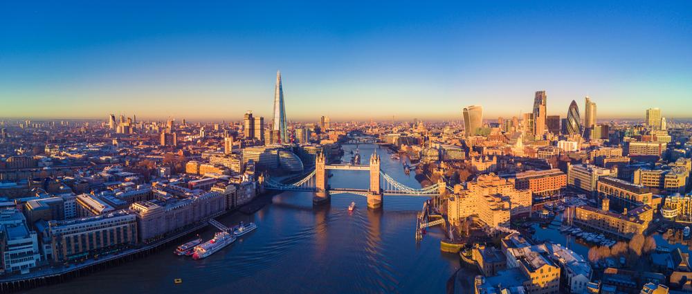 W Londynie latarnie i ławki są nie tylko wyposażone w funkcje takie jak czujniki jakości powietrza, lecz także służą jako publiczne hotspoty Wi-Fi i punkty ładowania pojazdów elektrycznych. fot. shutterstock