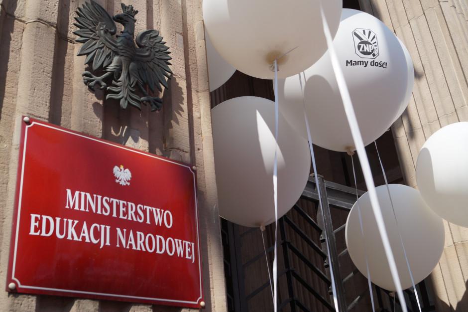 """Pikieta przed MEN """"przeciw żenującym zarobkom nauczycieli"""""""