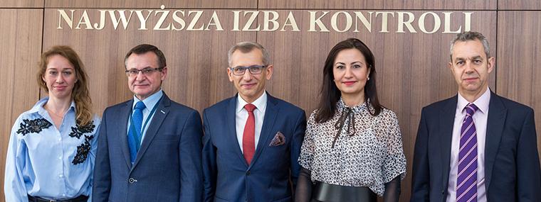 Krzysztof Kwiatkowski i Iliana Ivanova (w środku) podczas rozmów w NIK (fot. nik.gov.pl)