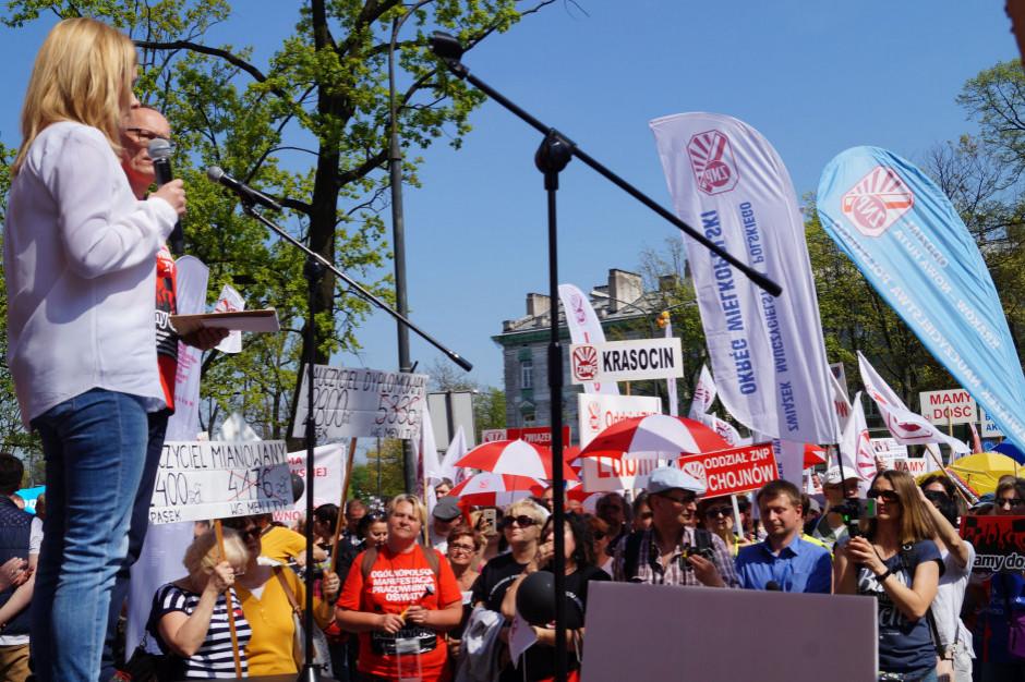 Uczniowie protestują pod MEN w solidarności ze strajkującymi nauczycielami