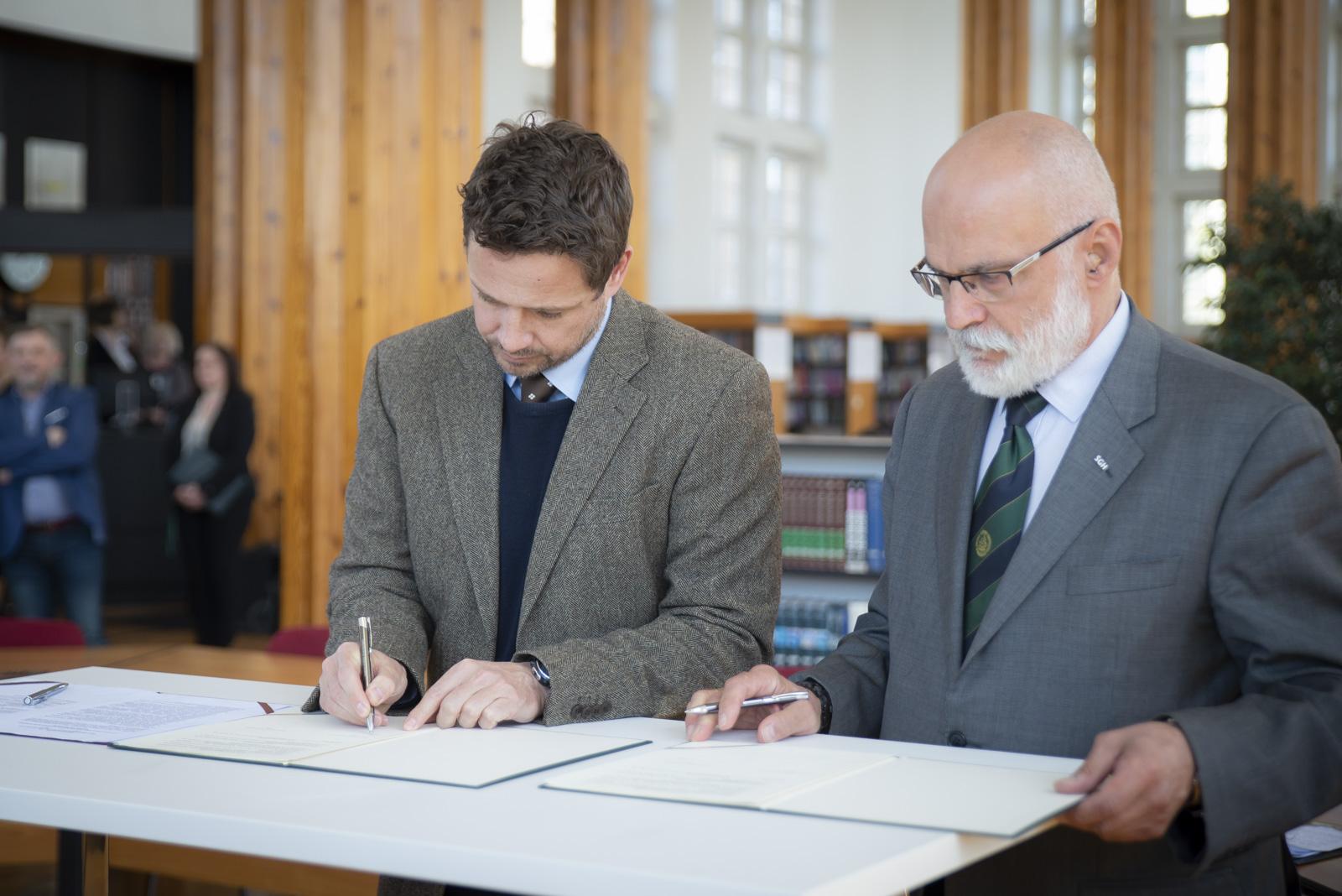 Rafał Trzaskowski, prezydent stolicy i Marek Rocki, rektor SGH podpisują porozumienie o współpracy fot. UM Warszawa