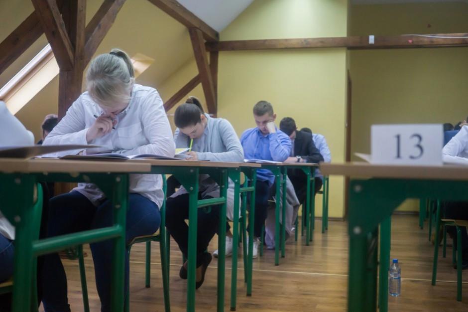 Maturzyści zorganizowali akcję w obronie egzaminu dojrzałości