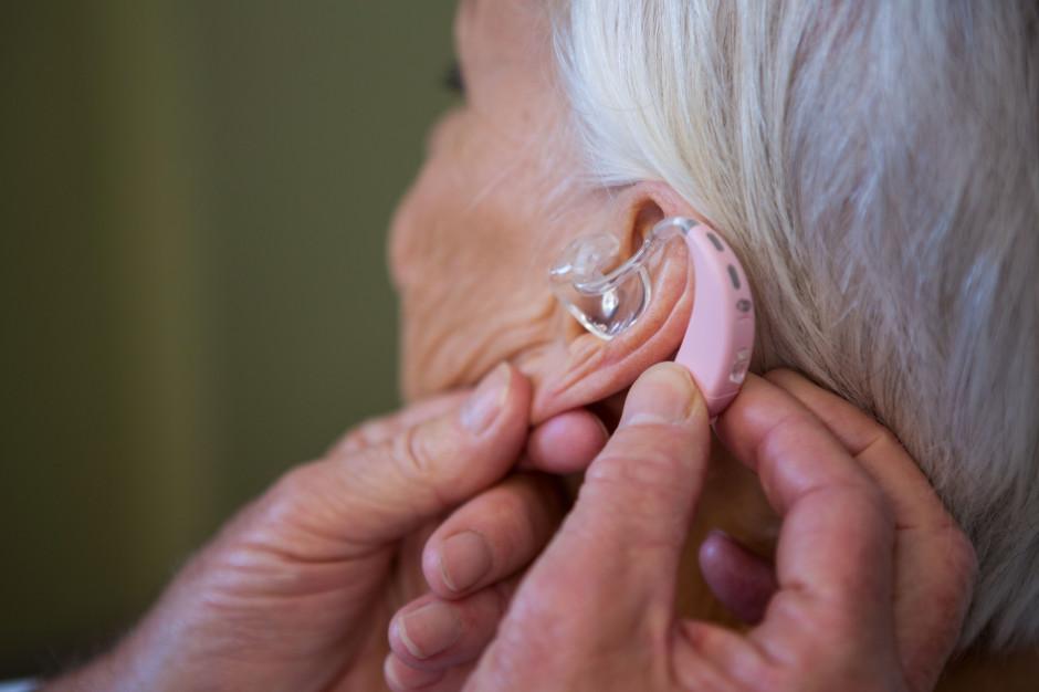 Pacjenci mają problemy z wymianą procesorów słuchu. Ministerstwo milczy