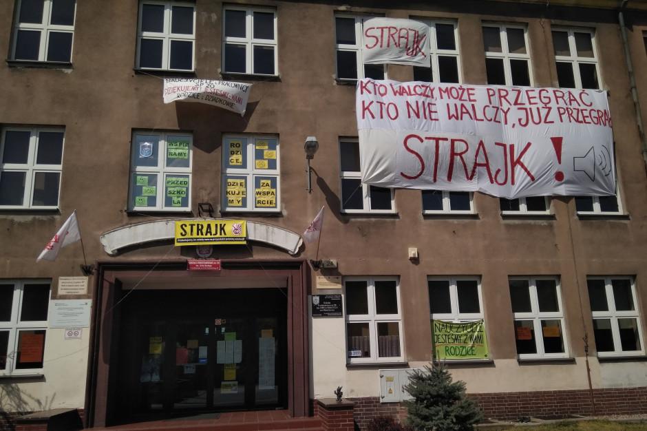 Członek kierownictwa strajku rozkłada ręce ws. klasyfikacji uczniów
