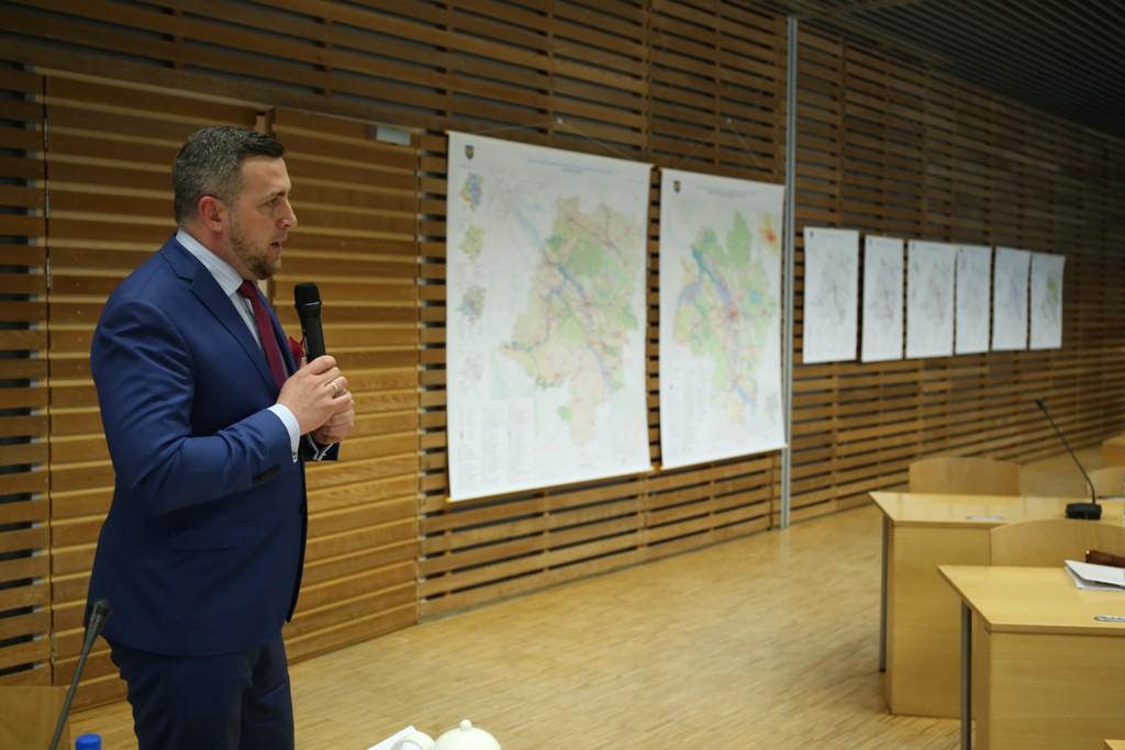 Radny Jacek Niesłuchowski mówił o trybie prac nad planem. Fot. UMWO