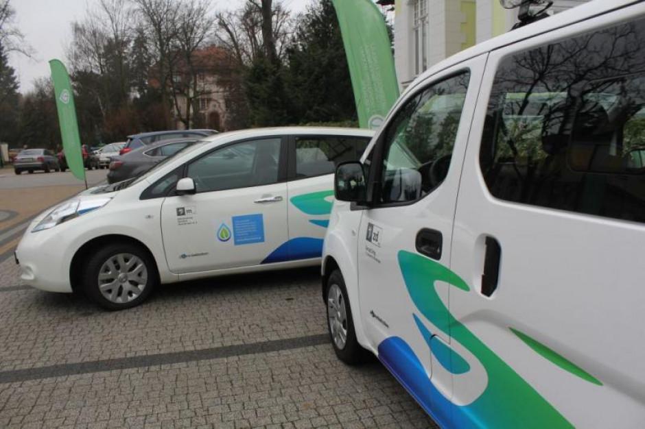 Samorządy powinny oklejać służbowe auta?
