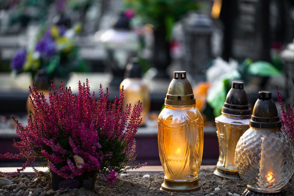 W Poznaniu seniorzy mogą skorzystać z pomocy przy sprzątaniu grobów bliskich