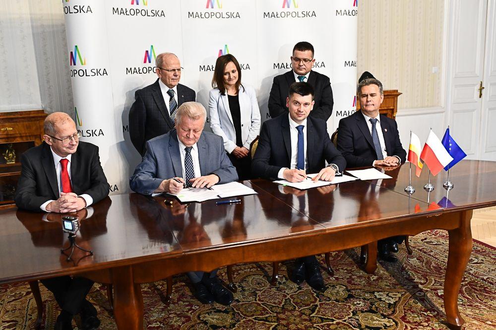 W poniedziałek (13 maja) umowę na realizację zadania podpisali wicemarszałek województwa małopolskiego Łukasz Smółka i rektor AGH, prof. Tadeusz Słomka. (fot.malopolska.pl)