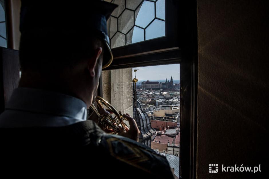 """Kraków: """"Czerwone maki"""" na wieży Mariackiej"""