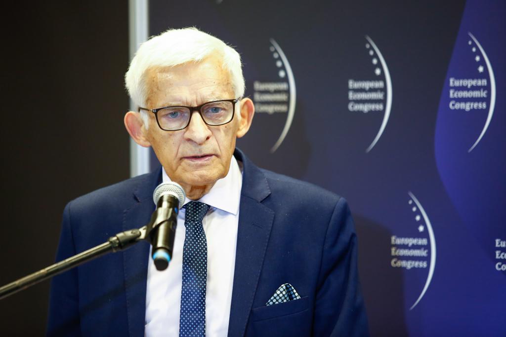 Jerzy Buzek zwracał uwagę na rolę samorządów w drodze w kształtowaniu demokracji (fot. PTWP)
