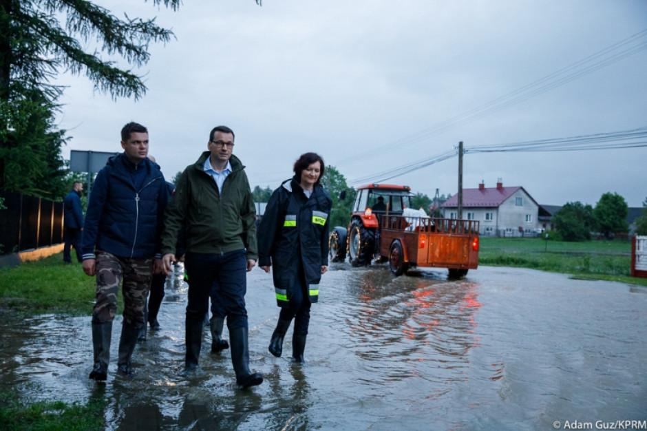 Premier Mateusz Morawiecki na zalanych terenach powiatu mieleckiego