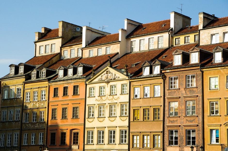 Nadzwyczajna sesja rady miejskiej w Warszawie ws. bonifikat przy wykupie mieszkań komunalnych