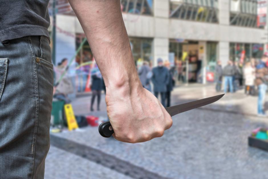 Policja zatrzymała nożownika, który śmiertelnie ranił mężczyznę na przystanku