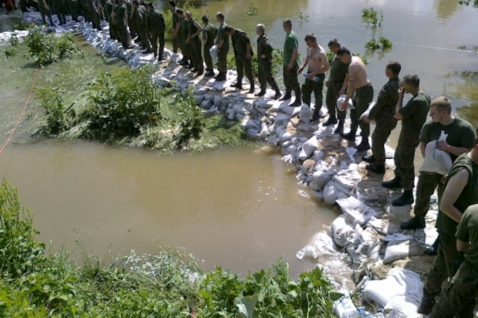 Powodzie: IMGW wydało ostrzeżenia hydrologiczne dla województw
