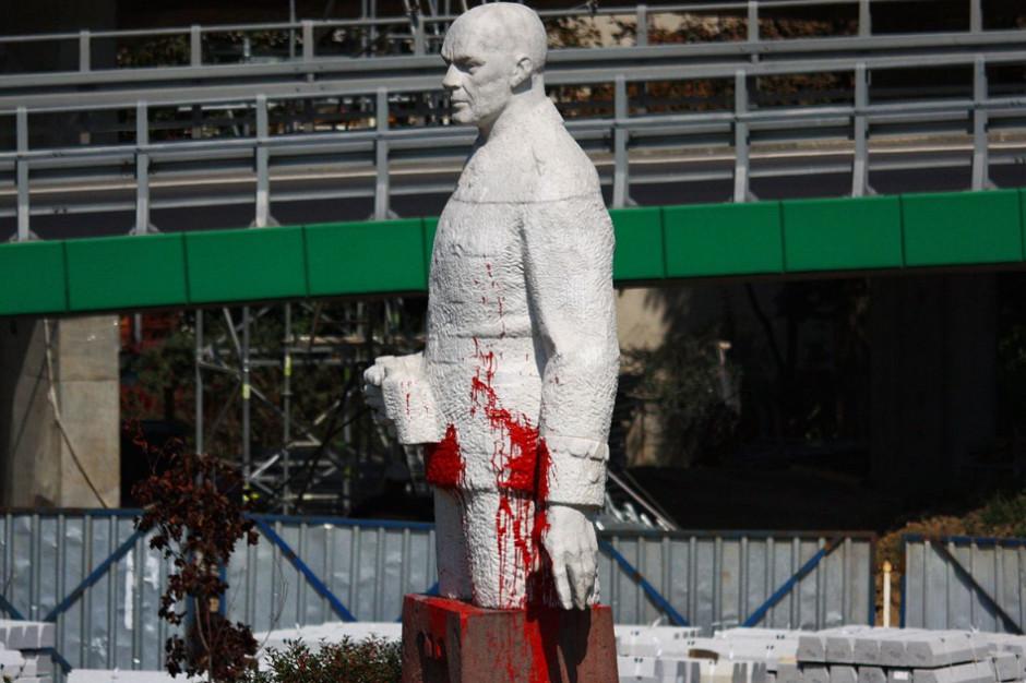 Pomnik dowódcy Armii Wojska Polskiego - do usunięcia. W zamian: skwer