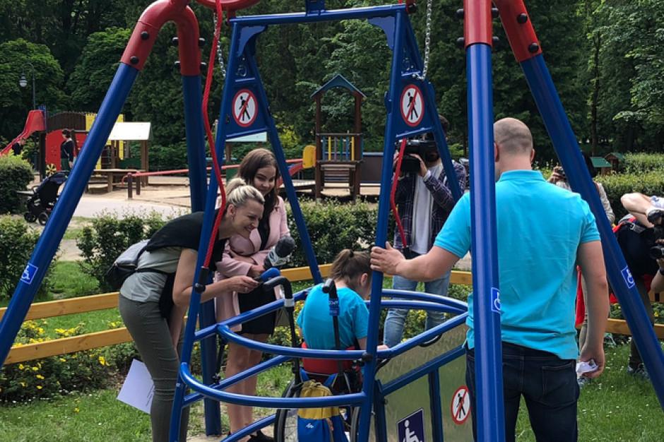 Białystok: w parku stanęła huśtawka dla dzieci na wózkach inwalidzkich