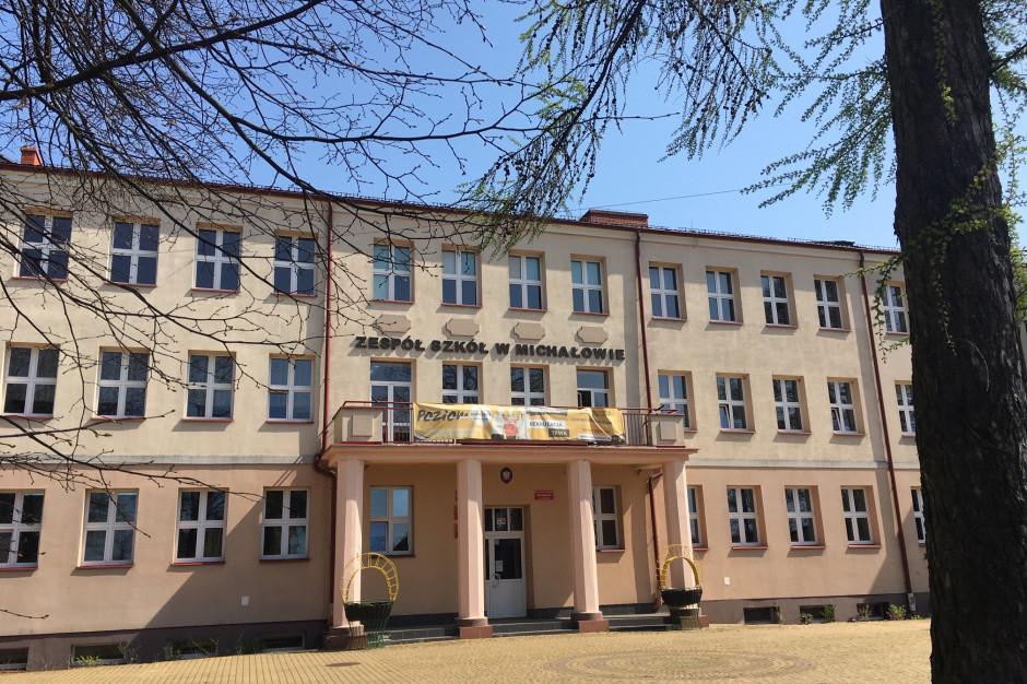 Podlaskie: Michałowo przejmuje szkołę i rozdaje uczniom laptopy
