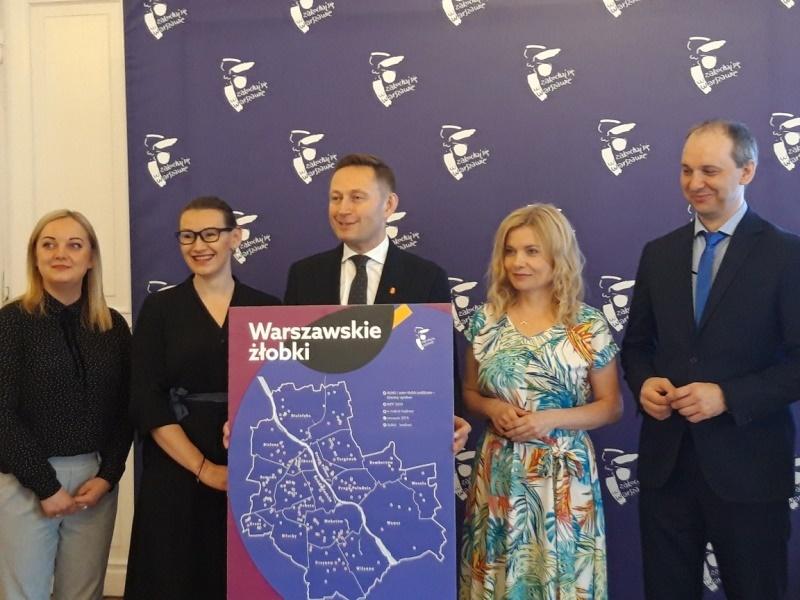 Paweł Rabiej podczas konferencji prasowej nt. zwiększenia liczby miejsc w żłobkach. Fot. UM Warszawa