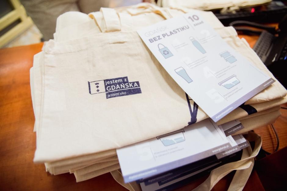 Gdańsk bez plastiku: mieszkańcy dostali 2000 bawełnianych toreb na zakupy
