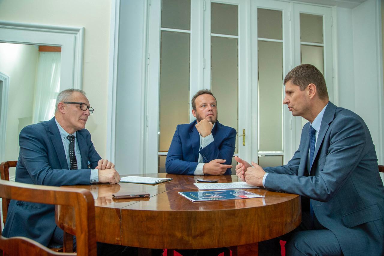 W trakcie rozmowy. Na zdjęciu (od lewej) Bogdan Bugdalski, Rafał Kerger, minister Dariusz Piontkowski